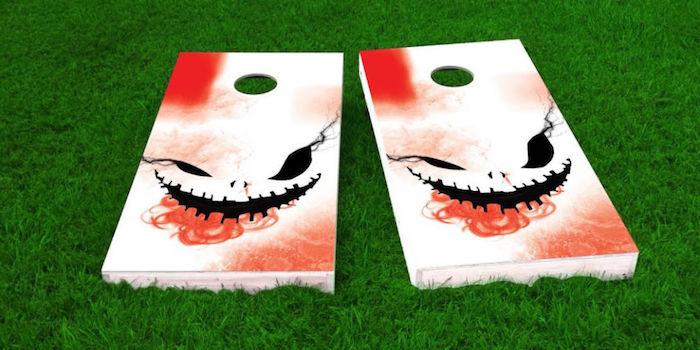 Hof mit grünem Gras, zwei Bilder, gemalt mit rotem Spray und schwarzer Farbe