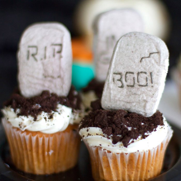 halloween rezepte, vanille-cupcakes mit sahne und keksen dekoriert wie gäber