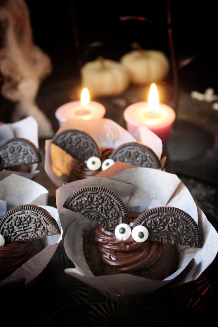 halloween rezepte, fledermäuse mit flügeln aus oreo-keksen und zuckeraugen
