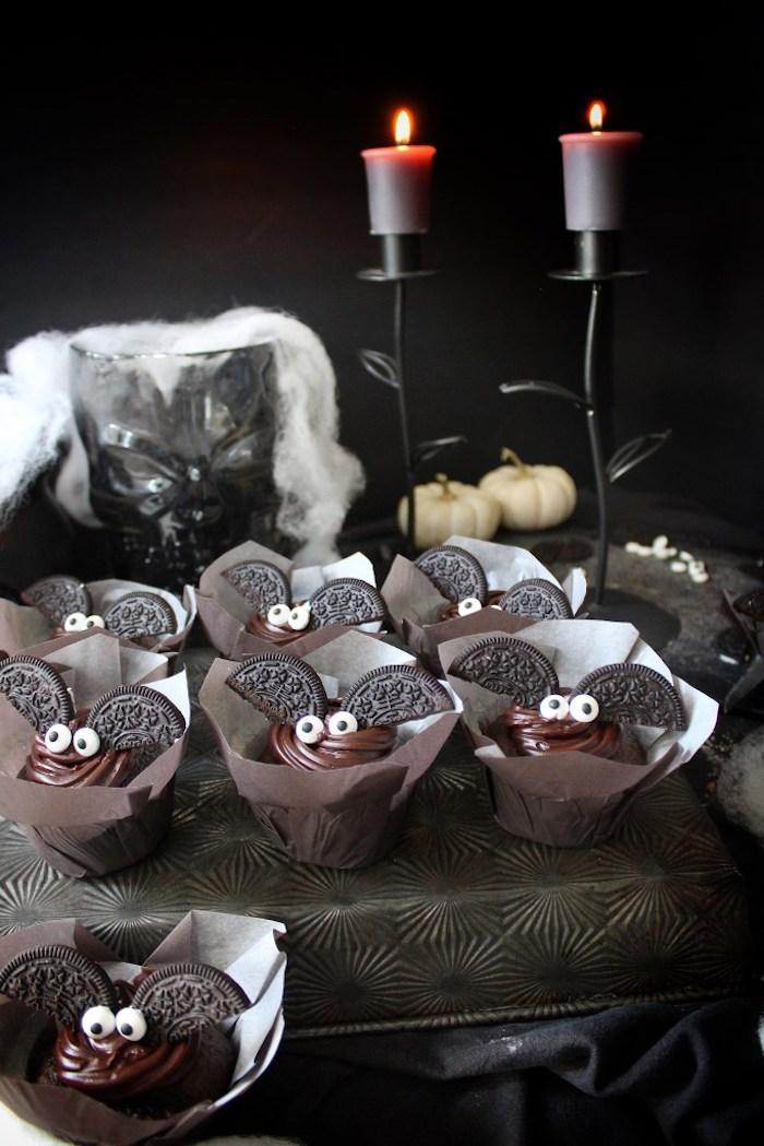 halloween rezepte, kleine desserts-fledermäuse mit flügeln aus oreo-keksen