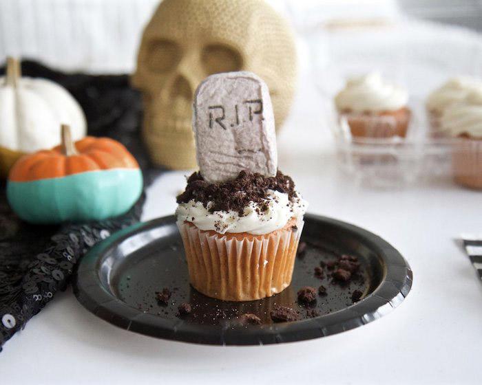 halloween rezepte, muffin-grab mit schokoladenkeksen und sahne