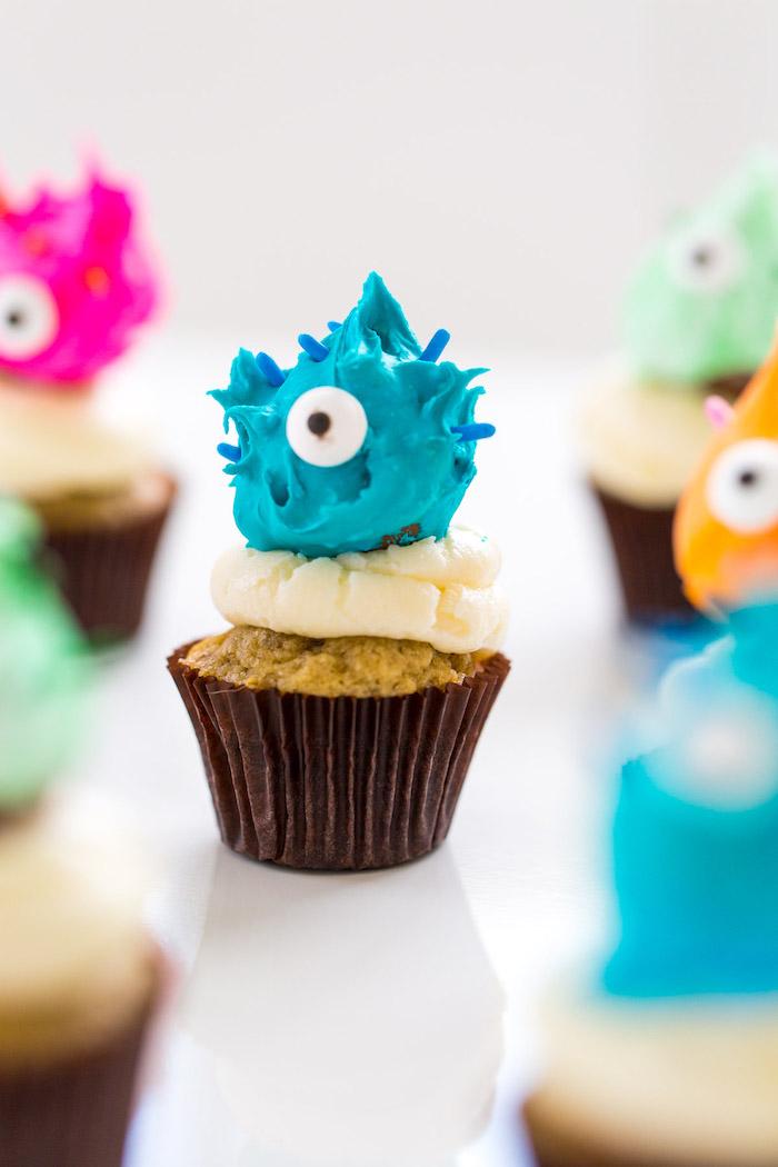 halloween rezepte, monster cupcakes mit pralinen und butercreme