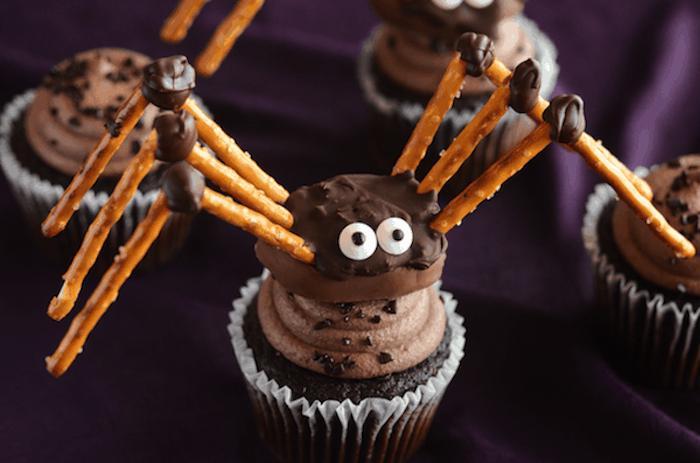 halloween rezepte, spinne aus praline, salzstangen und schokolade