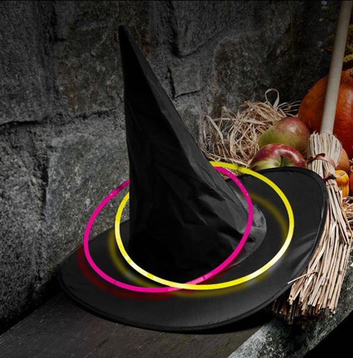 schwarzer Hexenhut mit Spitze mit zwei Neondisks in gelber und pinker Farbe