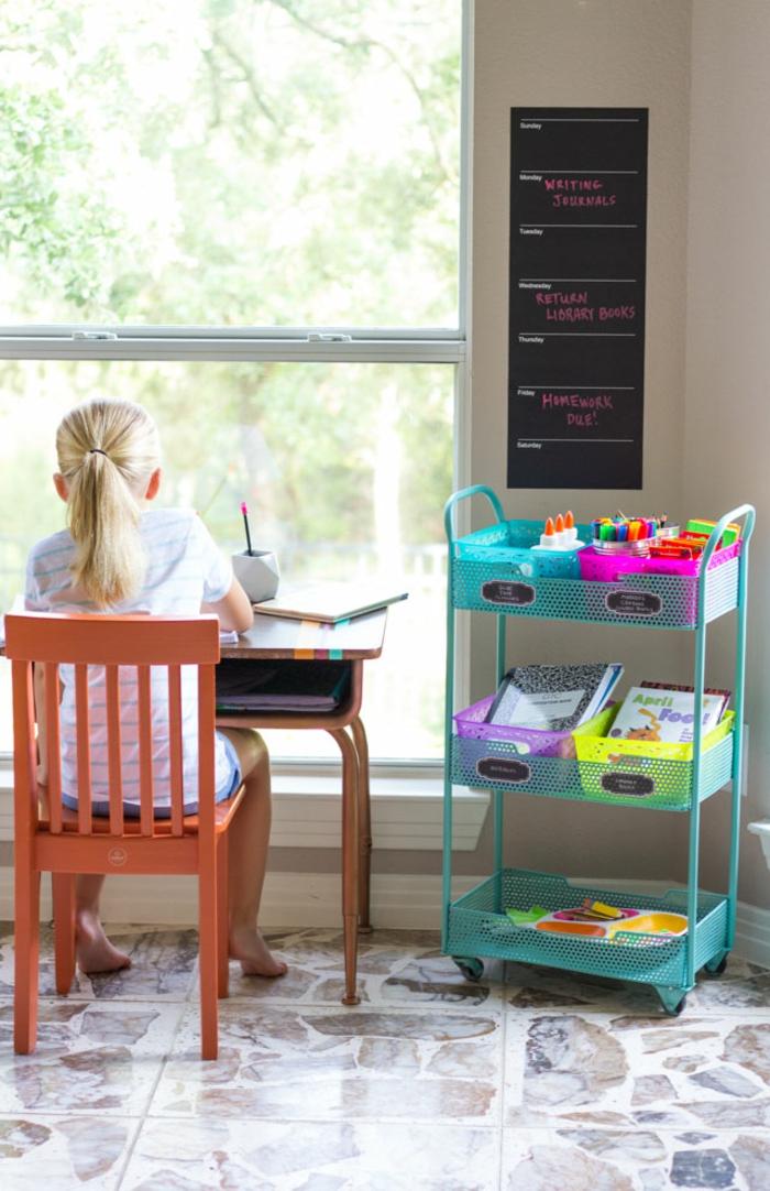 Kinderzimmer Einrichtung, Schreibtisch und Stuhl aus Holz, blauer Organizer, Tafel mit den Wochentagen