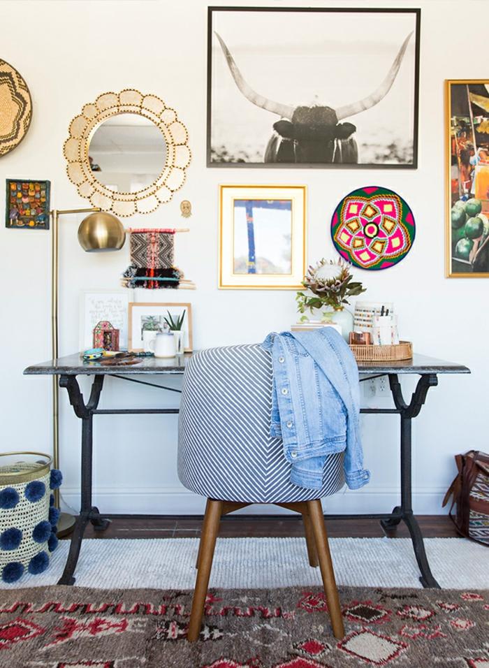 Arbeitszimmer Einrichtung, Möbel und Wanddeko in Vintage, Jeansjache auf dem Stuhl, kleine Pflanzen auf dem Tisch