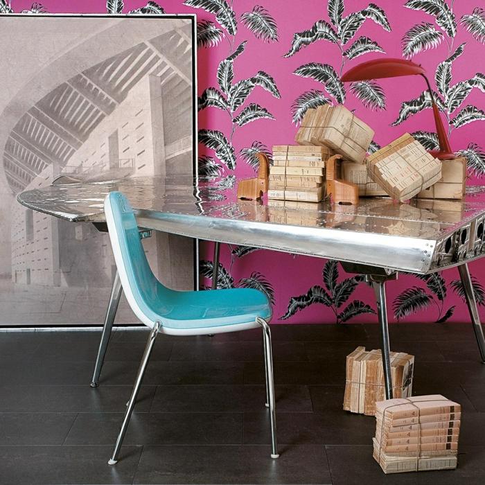 Arbeitszimmer Einrichtungsideen, Vintage Einrichtung, Bücher am Boden und auf dem Tisch, rosafarbene Tapeten mit Blättern, großes Bild