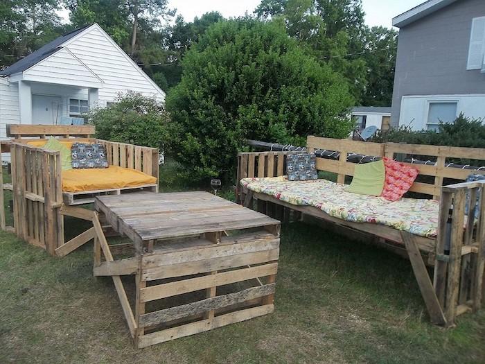 hier finden sie einzigartige sofas und tisch, die aus alten europaletten gebaut wurden - tolle idee zum thema gartenmöbel aus paletten