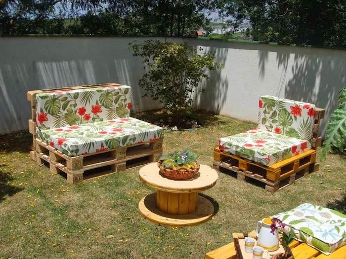 sofa und ein kleiner sessel aus europaletten und ein kleiner tisch aus holz - idee zum thema gartenmöbel aus paletten