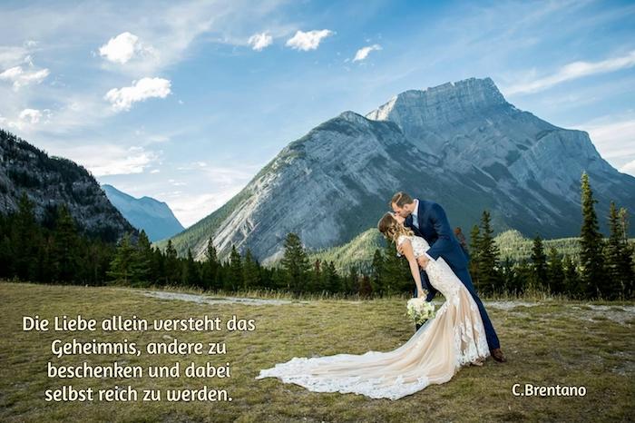 jetzt zeigen wir ihnen ein bild mit einem brautpaar, bergen, wald, grünen bäumen und einer jungen frau mit einem schönen weißen brautkleid