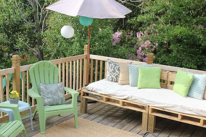 palettenmöbel terrasse - noch eine ganz tolle idee, die ihnen sehr gut gefallen könnte - hier finden sie ein sofa aus europaletten mit grünen und blauen kissen und einen grünen stuhl