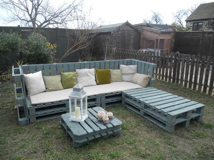 werfen sie einen blick auf diese idee zum thema gartenmöbel aus paletten - zwei sofas mit weißen und grünen kissen und ein kleiner tisch aus europaletten