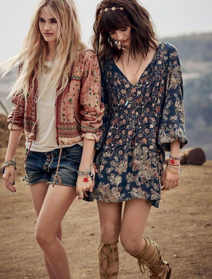 hippie kleid in dunkelblau mit floralem motiv, jacke im boho stil