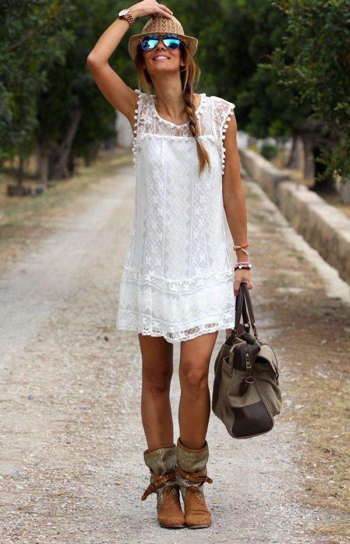 weißes hippie kleid mit spitze kombiniert mit stiefeln und ledertasche
