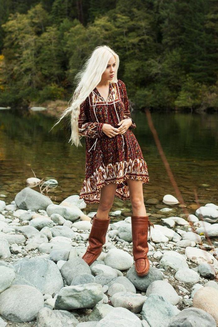 hippie kleid in dunkelrot kombiniert mit hohen stiefeln, lange platin-blonde haare