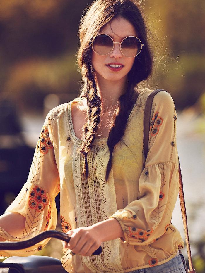 hippie kleider, dame mit hippie frisur mit zöpfen und runden sonnenbrillen