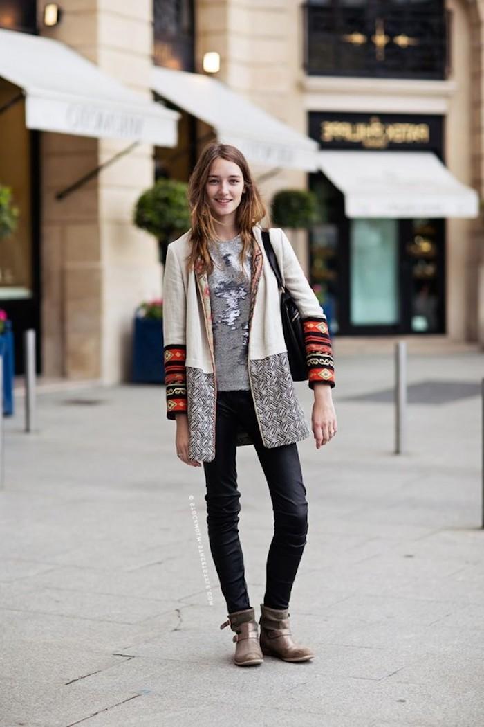 hippie kleider, dame mit schwarzer jeans, grauer bluse und mantel in boho stil