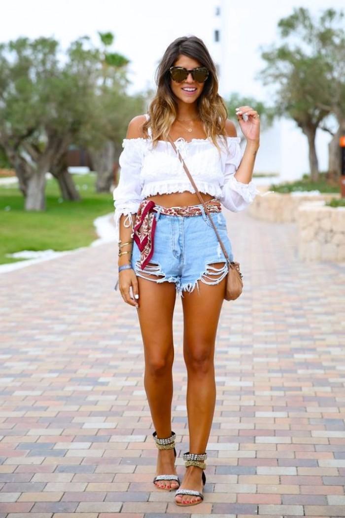 hippie kleider, mittellange haare im ombre look, kurze jeans kombiniert mit weißer bluse