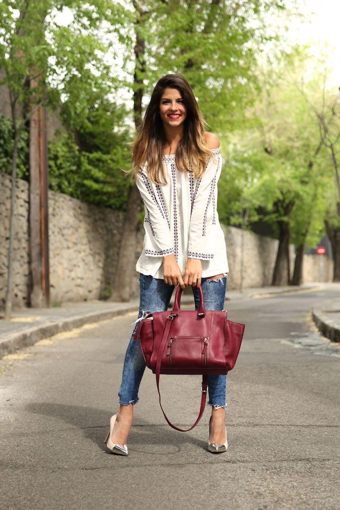 hippie kleider, weite weiße bluse in kombination mit blauen jeans und dunkelroter tasche