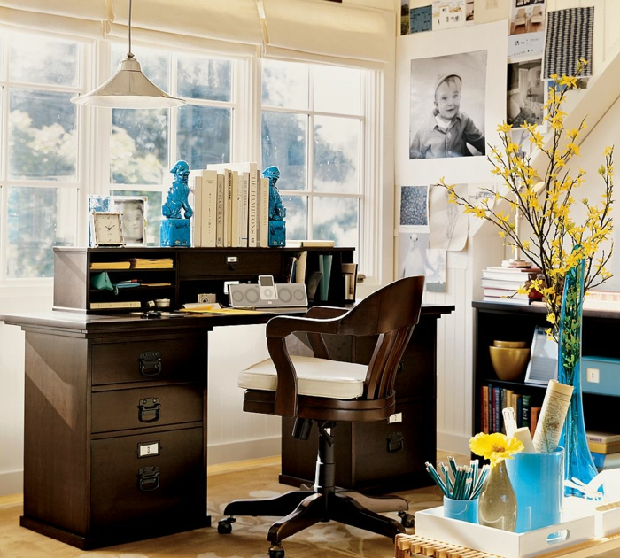 Home office Einrichtungsideen, Möbel aus Massivholz, blaues Porzellan, gelbe Blumen, Fotos an der Wand