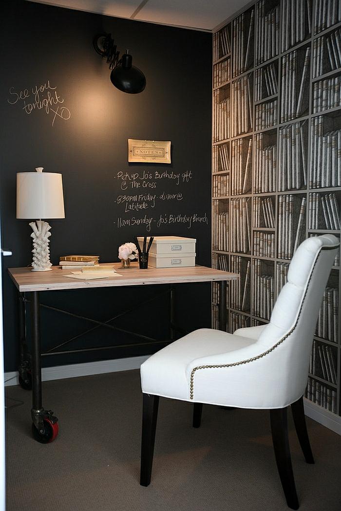 Arbeitszimmer Einrichtungsideen, Wand in Tafelfarbe, Notizen und aufgezeichnete Regale, weißer Lederstuhl, Holztisch mit Rollen