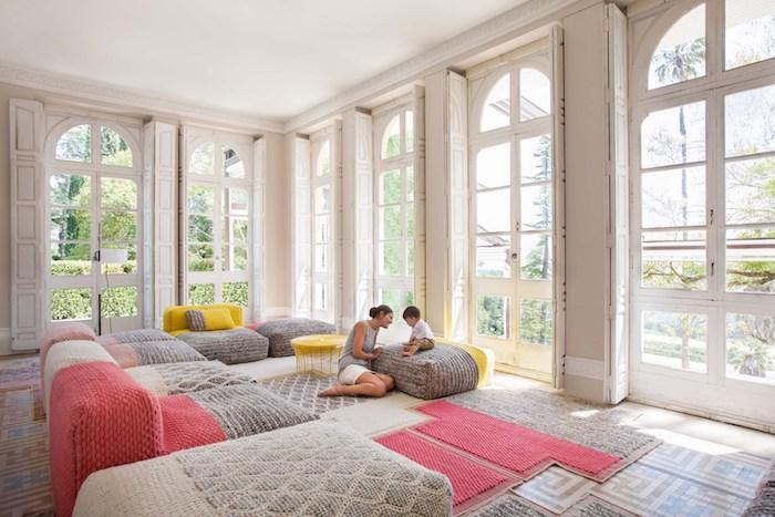 großes wohnzimmer wohnung ideen mama und kind spielen zusammen große fenster helle farben einrichtung