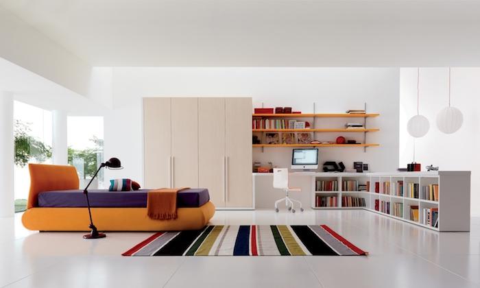 jugendzimmer einrichten und dekorieren, oranges bett in kombination mit beigem kleiderschrank und weißem schreibtisch