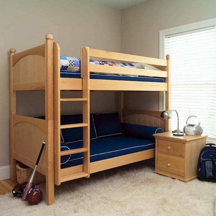 Kinderhochbett mit einem Sofa unten, ein weicher Teppich - perfekte Ausstattung eines Jungenzimmer