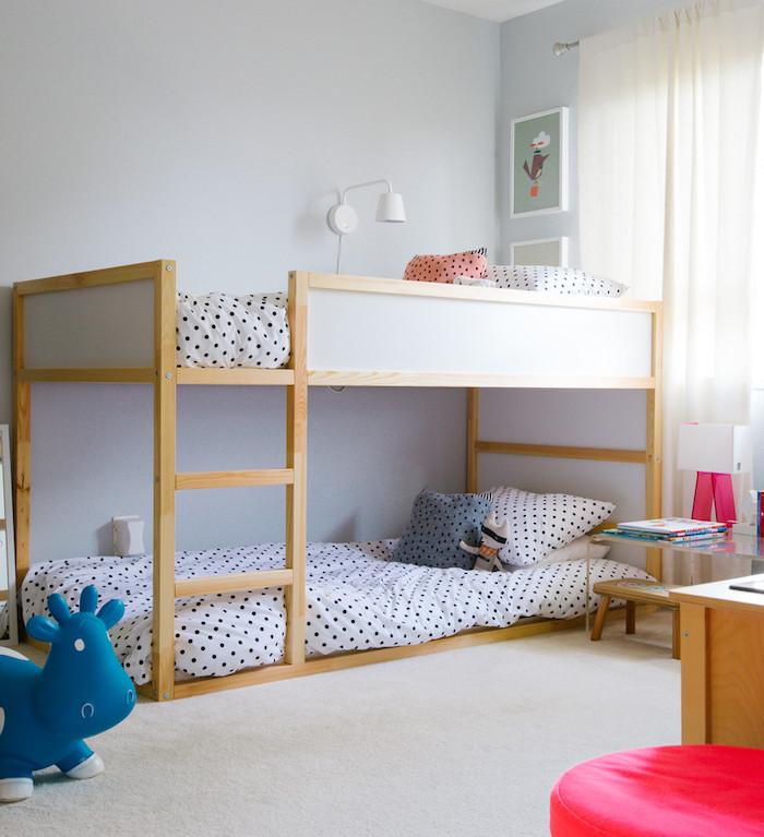 weiße Bettwäsche auf schwarze Punkten, ein Leiter aus Holz - Kinderhochbett selber machen