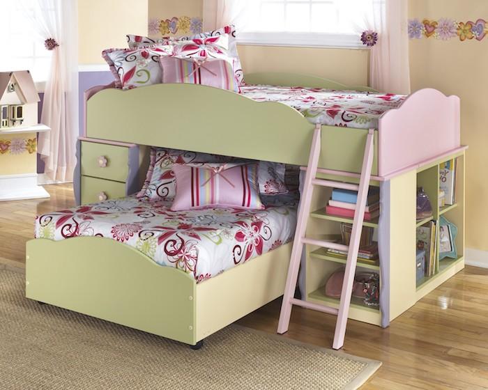 rosa Bettwäsche mit Blumen Motiven, das Kinderhochbett ist vorwiegend in grün und rosa