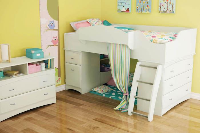 gelbe Wände und ein weißes Kinderhochbett, Matratzen unten zum Spielen hinter Vorhang