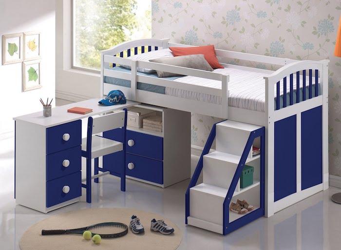 ein kleiner Tennisspieler bewohnt dieses kompakte Kinderzimmer mit Kinderhochbett