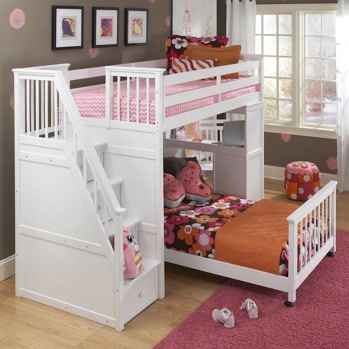 weiße Bett mit rosa Dekorationen - Kinderhochbett für kleine Prinzessinnen