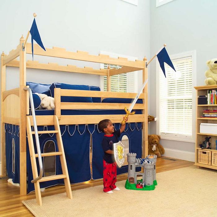 ein kleiner Ritter bewohnt dieses Kinderzimmer mit Kinderhochbett wie Schloss