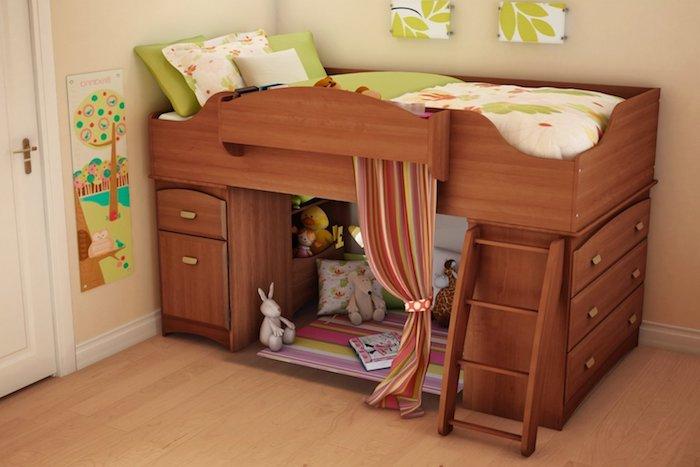 Zimmer mit beigen Wänden, Laminatboden und Spielbett für das Kind, grüne Dekoration