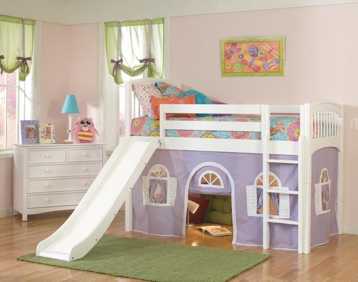 Kinderhochbett mit blauer Bettwäsche auf Blumen Motive und rosa Wände
