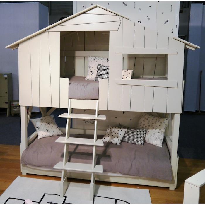 eine Baumhütte wie im Hof, der eigentlich Spielbett für die Kinder ist