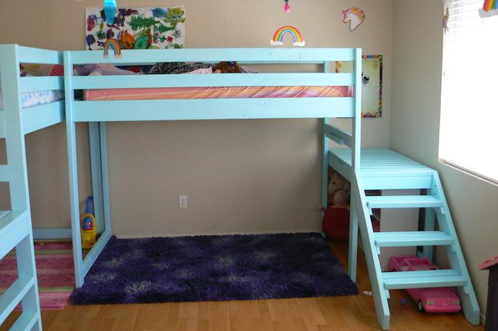 eine Konstruktion aus Kinderbetten, die perfekt zum Spielen und Klettern ist