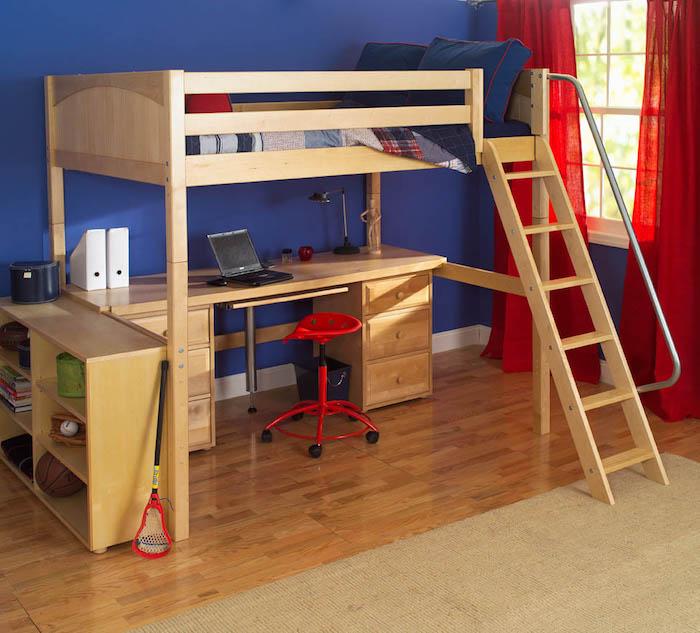 Schreibtisch mit rotem Stuhl unter Kinderhochbett mit Leiter aus Holz, blaue Wände