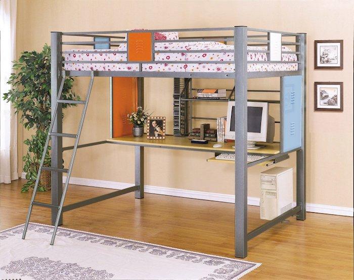 ein graues Spielbett in zwei Etagen - einer Schreibtisch und ein Bett oben