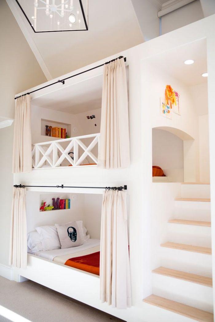 ein Kinderbett und eine Spielecke, die mit Treppen zu erreichen ist
