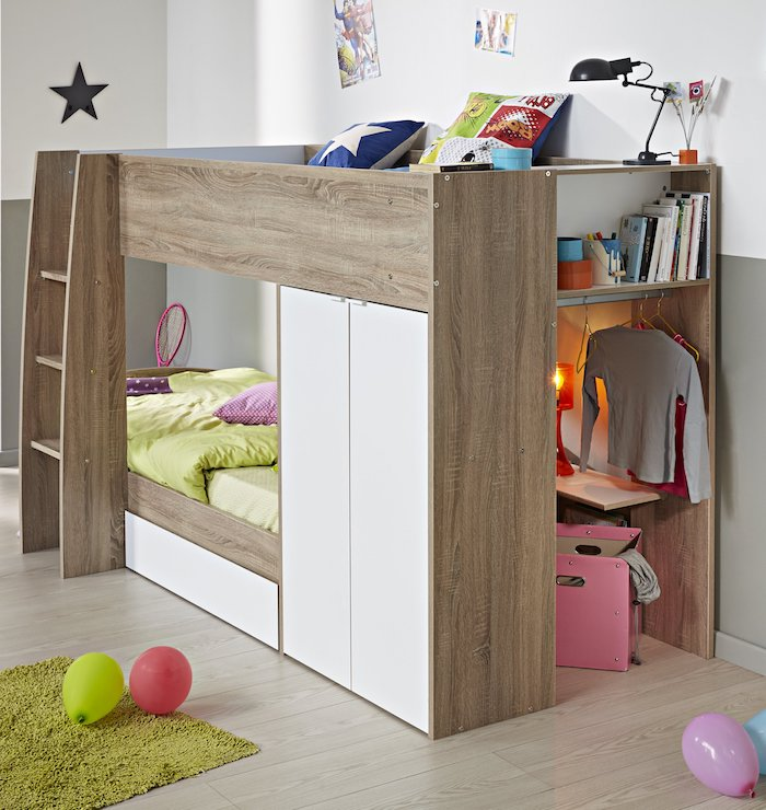 grüne Bettwäsche und ein grüner Teppich, ein Kinderbett aus Holz mit Platz, Kleider zu hängen