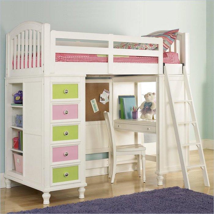 Spielbett für ein kleines Mädchen mit Leiter und Schubladen in rosa und grüner Farbe, ein kleiner Schreibtisch
