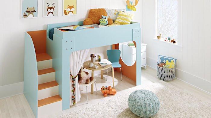 das Kinderbett sieht wie ein großes Puppenhaus in blauer Farbe aus - ganz niedlich