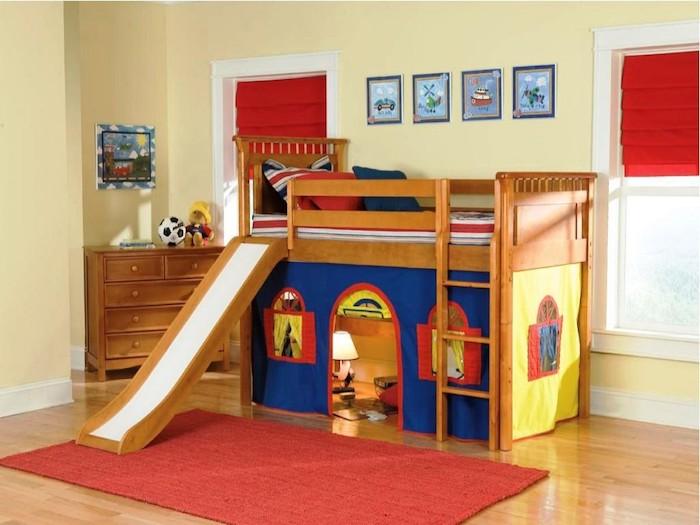 ein Kinderbett wie ein Schloss mit einem Leiter und einer weißen Rutsche zum Spielen