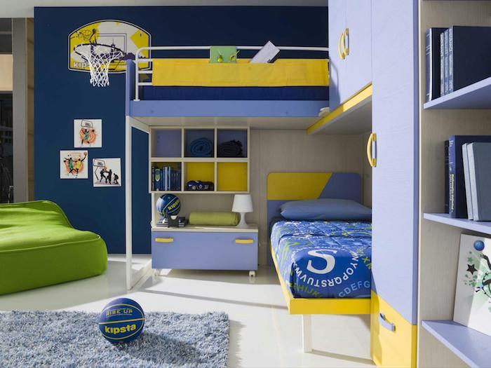 ein blaues Abenteuerbett für die kleine Jungen in blauer und gelber Farbe