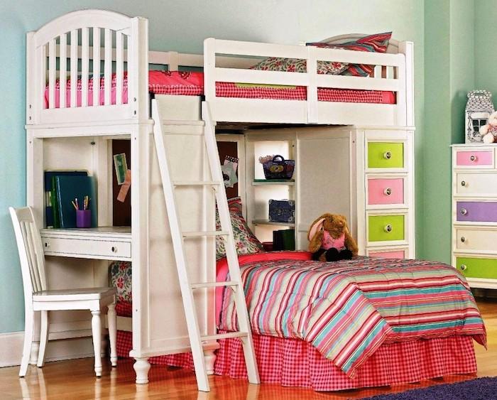 Abenteuerbett in weißer Farbe mit rosa Akzente und bunte Schubladen und Schreibtisch