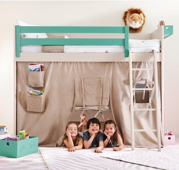 ein Abenteuerbett wie ein Zelt, wo drei Kinder spielen können, als ob Sie auf Safari wären