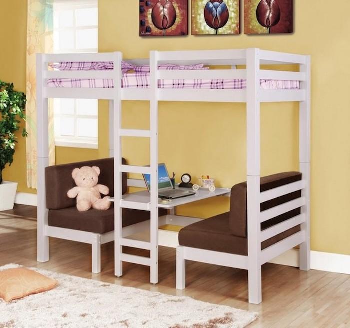 ein hohes Kinderbett mit einem Tischlein und zwei Sofas - eine Ecke für das Kind