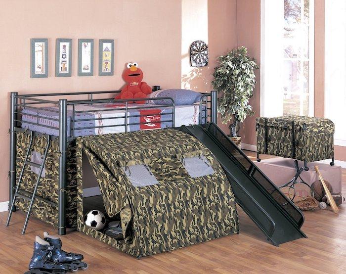ein Abenteuerbett wie ein militärischer Kraftwagen mit Tarnfarbe und ein grauer Rahmen